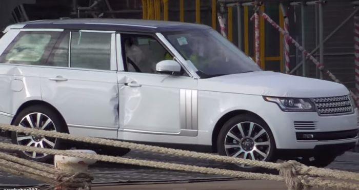 White Range Rover with damaged bodywork driven off Hoegh Osaka